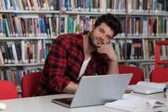 Estudiante subrayado Doing His Homework en el escritorio Fotografía de archivo libre de regalías