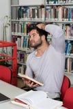 Estudiante subrayado Doing His Homework en el escritorio Fotos de archivo