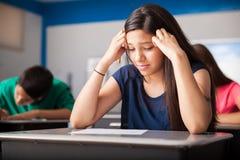 Estudiante subrayado durante una prueba Imagen de archivo libre de regalías