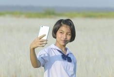 Estudiante tailandesa que toma el selfie en los prados blancos fotografía de archivo