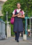 Estudiante Teen Girl Walking a enseñar imagen de archivo