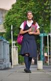 Estudiante Teen Girl Walking a enseñar fotografía de archivo