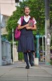 Estudiante Teenage Girl Walking a la escuela foto de archivo