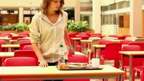 Estudiante trastornado que come el almuerzo solamente almacen de metraje de vídeo