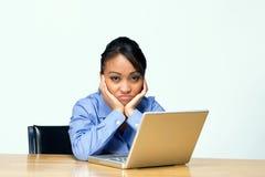 Estudiante triste con la computadora portátil - horizontal Foto de archivo libre de regalías