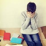 Estudiante triste en el sofá Fotografía de archivo