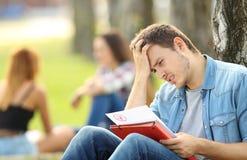 Estudiante triste que comprueba un examen reprobado Imagen de archivo libre de regalías
