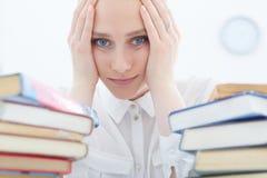 Estudiante triste que trabaja en biblioteca Imágenes de archivo libres de regalías