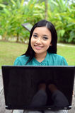 Estudiante universitaria musulmán bastante asiática de los jóvenes del retrato con el ordenador portátil y la sonrisa Fotos de archivo