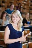 Estudiante universitaria que se coloca en sala de conferencias Foto de archivo