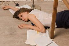 Estudiante universitaria sin vida en un piso Fotos de archivo libres de regalías