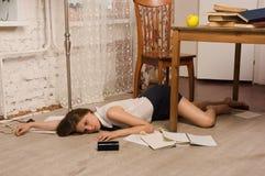 Estudiante universitaria sin vida en un piso Imagenes de archivo
