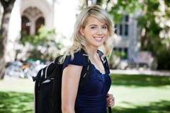 Estudiante universitaria sonriente dulce Fotografía de archivo libre de regalías