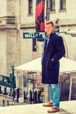 Estudiante universitario adolescente americano que viaja en Nueva York en invierno Imagen de archivo libre de regalías