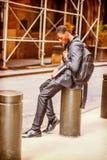 Estudiante universitario afroamericano joven infeliz que piensa en stree Fotografía de archivo libre de regalías