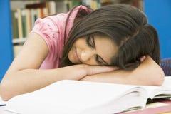 Estudiante universitario agotado en biblioteca Fotografía de archivo libre de regalías