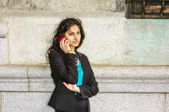 Estudiante universitario americano del indio que invita a outsi del teléfono celular Imagen de archivo libre de regalías