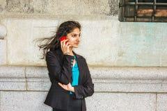 Estudiante universitario americano del indio que invita a outsi del teléfono celular Fotografía de archivo libre de regalías