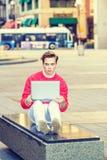 Estudiante universitario americano que estudia en la calle en Nueva York, Foto de archivo