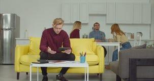 Estudiante universitario ansioso ocupado con proyecto de investigación metrajes