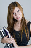 Estudiante universitario asiático atractivo con los libros Foto de archivo libre de regalías
