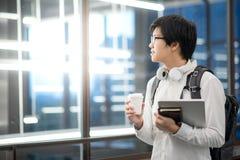 Estudiante universitario asiático joven del hombre en universidad Fotografía de archivo