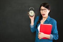 Estudiante universitario asiático sobre sueño ella será atrasada imagen de archivo