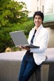 Estudiante universitario asiático con la computadora portátil Foto de archivo libre de regalías