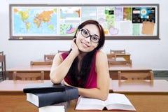 Estudiante universitario bonito con los libros en la clase Foto de archivo