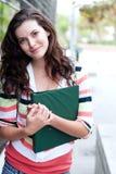Estudiante universitario bonito en campus Imágenes de archivo libres de regalías