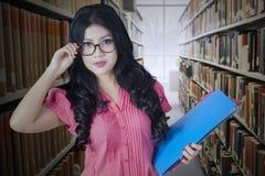 Estudiante universitario bonito en pasillo de la biblioteca Imágenes de archivo libres de regalías
