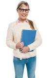 Estudiante universitario bonito que presenta con el cuaderno espiral Imagen de archivo libre de regalías