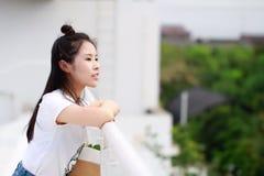 Estudiante universitario chino asiático Look en la distancia Foto de archivo libre de regalías