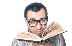 Estudiante universitario con el libro imagen de archivo libre de regalías