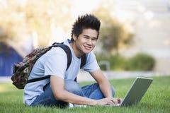 Estudiante universitario con el ordenador portátil Imagenes de archivo