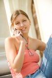 Estudiante universitario con el teléfono móvil Fotografía de archivo libre de regalías