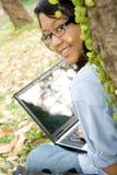 Estudiante universitario con la computadora portátil Foto de archivo