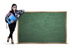 Estudiante universitario con la pizarra Imagen de archivo
