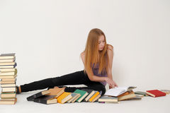 Estudiante universitario con los libros Imagen de archivo libre de regalías