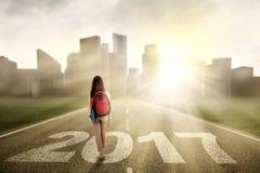 Estudiante universitario con los números 2017 en el camino Foto de archivo libre de regalías