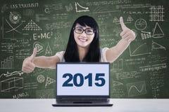 Estudiante universitario con los números 2015 en el ordenador portátil Imágenes de archivo libres de regalías