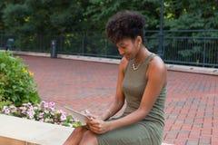 Estudiante universitario con una tableta Fotos de archivo libres de regalías