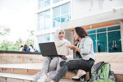 Estudiante universitario de dos asiáticos que usa el ordenador portátil Fotografía de archivo