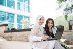 Estudiante universitario de dos asiáticos que usa el ordenador portátil Fotografía de archivo libre de regalías