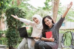 Estudiante universitario de dos asiáticos que usa el ordenador portátil Foto de archivo