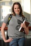 Estudiante universitario de la mujer joven que sostiene un libro Imagen de archivo libre de regalías