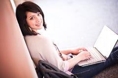 Estudiante universitario de la raza mezclada con la computadora portátil Fotografía de archivo