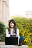 Estudiante universitario de la raza mezclada con la computadora portátil Fotos de archivo libres de regalías