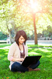 Estudiante universitario de la raza mezclada con la computadora portátil Foto de archivo