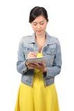 Estudiante universitario de sexo femenino asiático que toma abajo de notas Imágenes de archivo libres de regalías